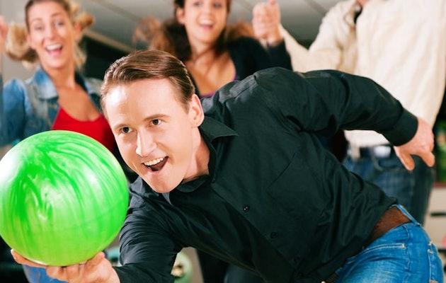 bowling-almere-man-met-bal