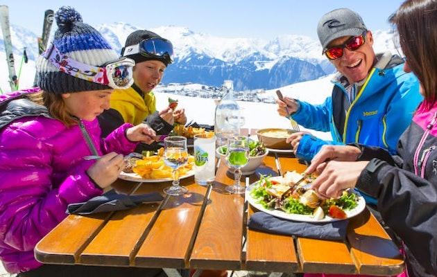 skichalet-gezin-sneeuw-chalet-eten