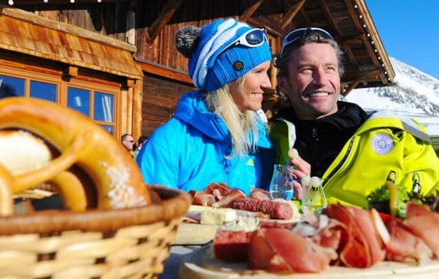 skichalet-man-vrouw-sneeuw-chalet-eten