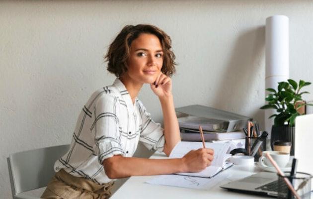 spaanse-cursus-vrouw-huiswerk