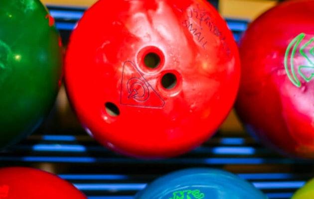 vier-hoog-bowlingballen1